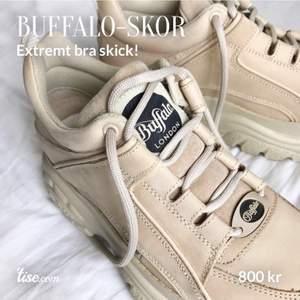 Använda 3 ggr. Ser helt nya ut om man bortser från sulans undersida. Märkeslappen på sidan av skon är liiiite klippt i men inget man lägger märke till (se sista bilden). Ord.pris: ca 1700. Köparen står för frakt!