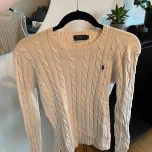 Fin cremevit traditionell stickad tröja från Ralph lauren. Skulle säga att den är lite mindre I storleken så skulle passa en XS också.  Frakt står ni för:)