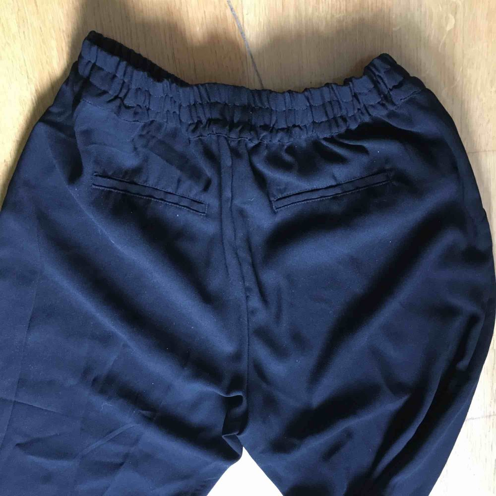 Lösa, stora, svarta byxor ca st. M. Har satt i ett eget gummiband i.  För långa för mig. . Jeans & Byxor.