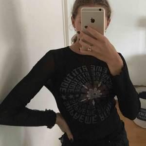Relativt transparent tröja med märke på framsidan. Tycker den ändå passar till mesta. Köptes second hand på..humana?(tror så) har använt kanske 2-3 gånger men inte mer än så.  Priset kan diskuteras