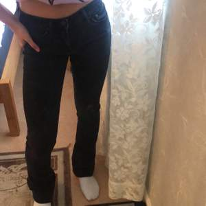 Fina lågmidjade jeans som är tyvärr för långa för mig (har korta ben), sitter annars jättefint. Lite slitna där nere. Köparen står för frakt! 💕