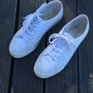 Ett par vita skor i srl 39 säljer för att dom är för små, skriv ett pris så kör vi på det🥰 obs tvättas så klart innan frakten🥰