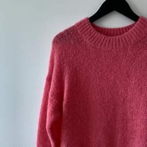 Säljer denna mysiga stickade tröjan från märket part two. Originalpris 700kr. Väldigt fin och i gott skick. Liten i storleken och sitter lite oversized på mig som är S.
