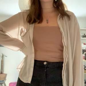 En tunn skjorta i see through material! Storleken är 42 men på mig som oftast har 36/38 sitter den på ett snyggt lite löst sätt! Kan mötas i sthlm annars står köparen för frakt✨