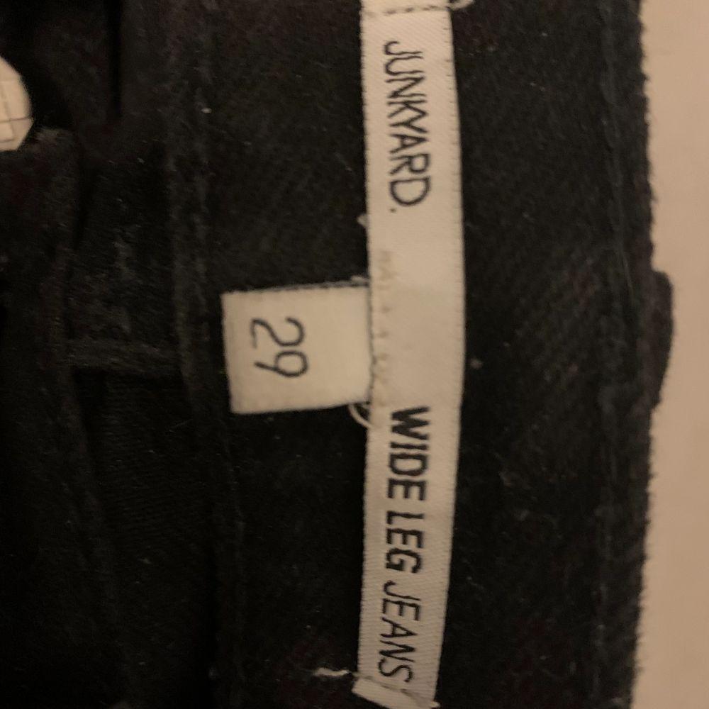 Hej! Jag köpte dessa jättesnygga jeans från junkyard men de kommer inte till användning. De är som nya då de köptes nyligen och använda Max 2 gånger. Skriv om du är intresserad☺️ (nypriset var 600kr) frakten ingår i priset!. Jeans & Byxor.
