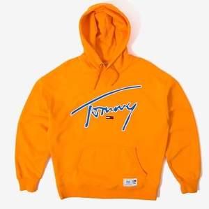 Säljer denna hoodie för att den inte kommer till användning , använd 2 gånger så den är som helt ny. Storlek L. Riktigt snygg hoodie med perfekt oranga färg . Startpris 350 sen får man buda ! 🧡 skulle dock säga att den är mer som en M eller liten L