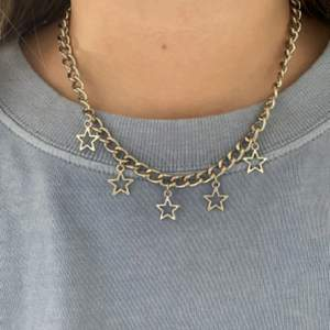 Säljer detta superfina halsband som jag köpte utav en tjej här på Plick men som tyvärr inte kommer till användning