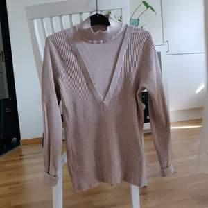 En beige ribbad tröja från Vila i storlek S. Fraktkostnaden tillkommer.