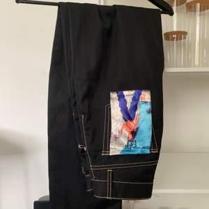 Säljer mina älskade byxor från eytys som tyvärr inte kommit till användning, sparsamt använda skicket är precis som nytt.☺️ Köpta för 2000💕 modellen BENZ CALI, byxorna är en baggy fit. Storlek 26 i midjan, men passar mig som är en 27/28