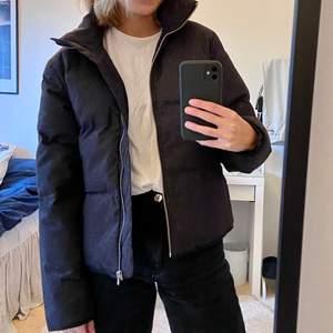 Säljer min Super mysiga Bikbok jacka. Inte använd alls mycket, finns inga tecken på användning. Varm och skön nu till hösten o snyggt till ett par jeans, storlek S som sitter lite pösigt!!!💕⚡️
