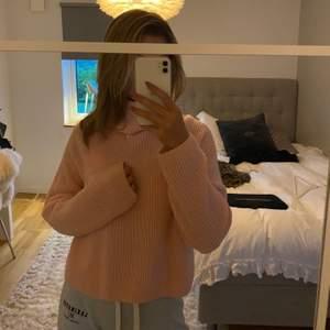 Jättefin och mysig rosa stickad tröja från & Other stories. Nästan aldrig använd. Sticks inte! Köparen står för frakten som tillkommer💕