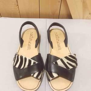 Nästintill oanvända sandaler från sixtyseven i skinn. Köparen står för ev frakt, annars möts jag gärna upp i Stockholm.