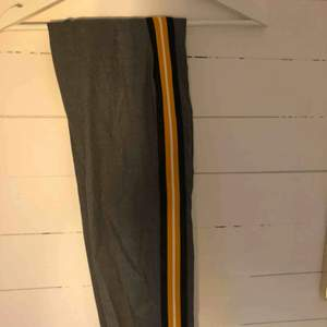 Kostymbyxor ifrån Bershka Aldrig använda. Storlek M men skulle mer säga S Lågmidjade och stretchiga.  En fejkficka där bak.  Säljer pga att de ej kommer till användning   Köparen står för frakten😋
