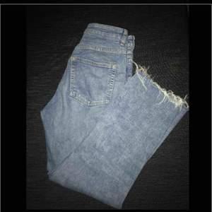 Supesnygga blåa jeans med lite slitningar i slutet på benet, ( skriv för fler bilder) sitter super gullig snyggt men kommer inte till sån stor användning då jag har ett oar ungefär likadana❤️❤️❤️