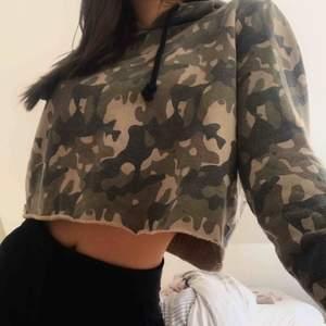 Snygg croppad hoodie i strl S. I bra skick fast den är ganska använd. Frakt ingår!🥰