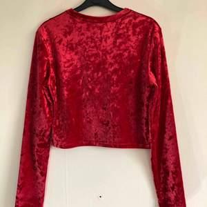 Röd tröja 🌀 kan mötas upp i Jönköping annars står köparen för frakten