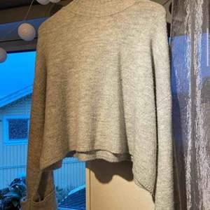 Jätte mysig tröja från gina tricot. Den har vida armar och en polo. Super mysig på vår och sommar kvällar!💖