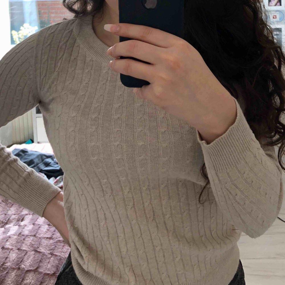Stilren fräsch beige ribbad tröja från Gina Tricot. Säljer pga för liten men bra skick som ny. Stor i storleken mer 34/36 & stretchig . Blusar.