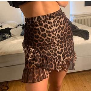 Säljer denna supersnygga kjolen från Nelly med Leoprint för den inte riktigt passade mig, precis som ny💖 pris går att diskuteras💖 Lånad bild💖 Bud: 180kr inkl frakt