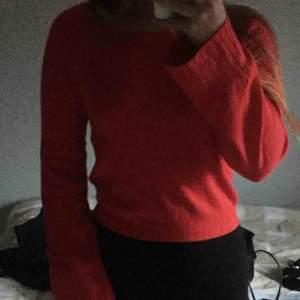 Röd tröja från bikbok med utsvänga ärmar, superfin!