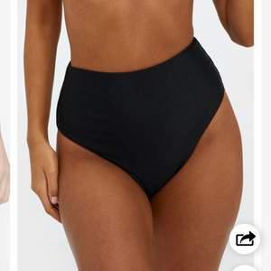 Svart bikiniunderdel grån Nelly i storlek S, använd en gång så den är i mycket bra skick!