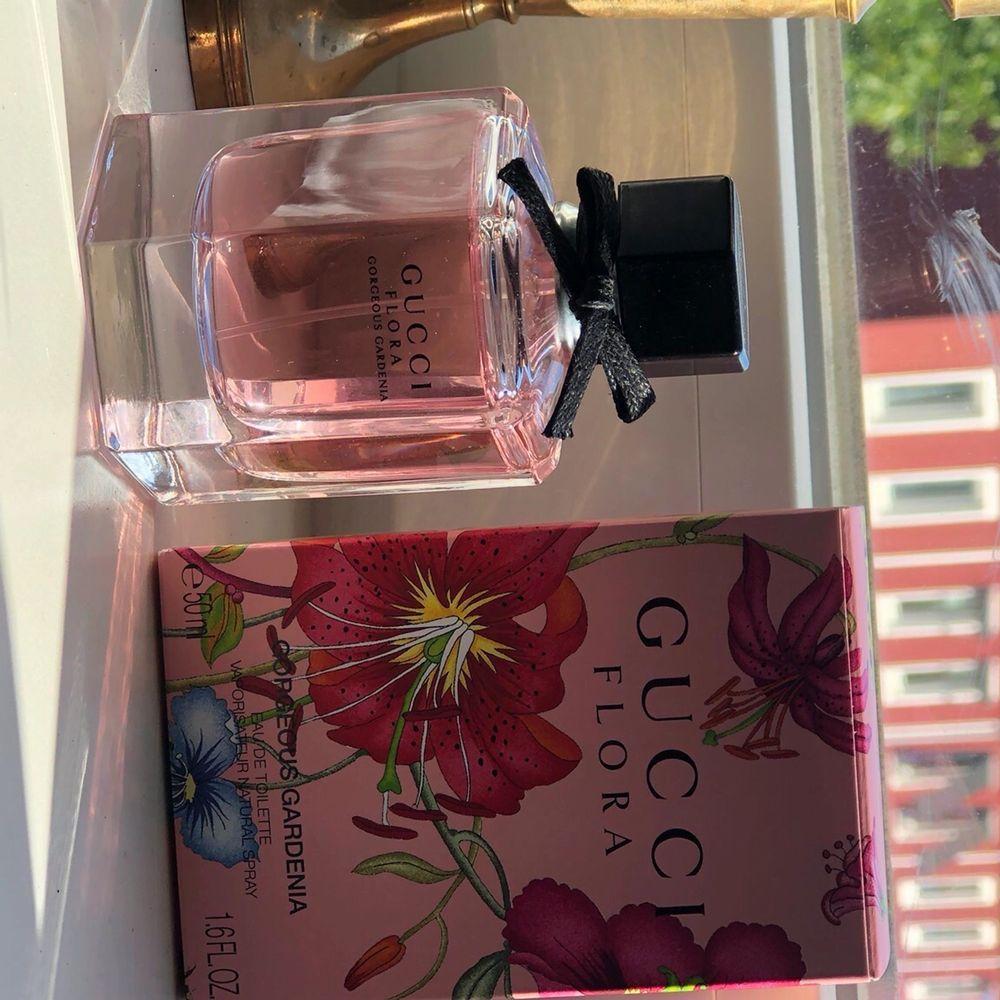 Gucci Flora Gorgeous Gardenia EdT 50 ml. Endast använd ett fåtal gånger, i princip en full flaska. Topnoter: röda bär, päron Hjärtnoter: vit gardenia, frangipaniblomma Basnoter: patchouli, ackord av farinsocker. Fritt fram att buda :) . Övrigt.