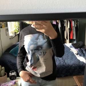 Väldigt najs långärmad tröja med motiv från omslaget till filmen basic instinct som aldrig kommit till användning. Frakten betalar köparen men kan annars mötas upp i Lund:))