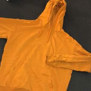 Orange hoodie från Cubus i strl XS men passar även mig med S. Skulle nog kunna passa M också, beroende på hur man vill att den ska sitta!🥰