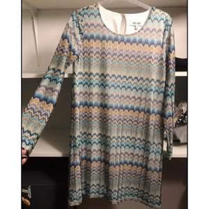 Klänning från dry lake. Endast använd vid 2 tillfällen så skicket på klänningen är mycket bra. Storlek S men passar mig som har M i vanliga fall.