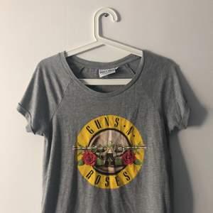 Guns N Roses Tshirt i bra skick. Den är i storlek M men passar också som S. Kan mötas upp i Stockholm eller köparen står för frakt!