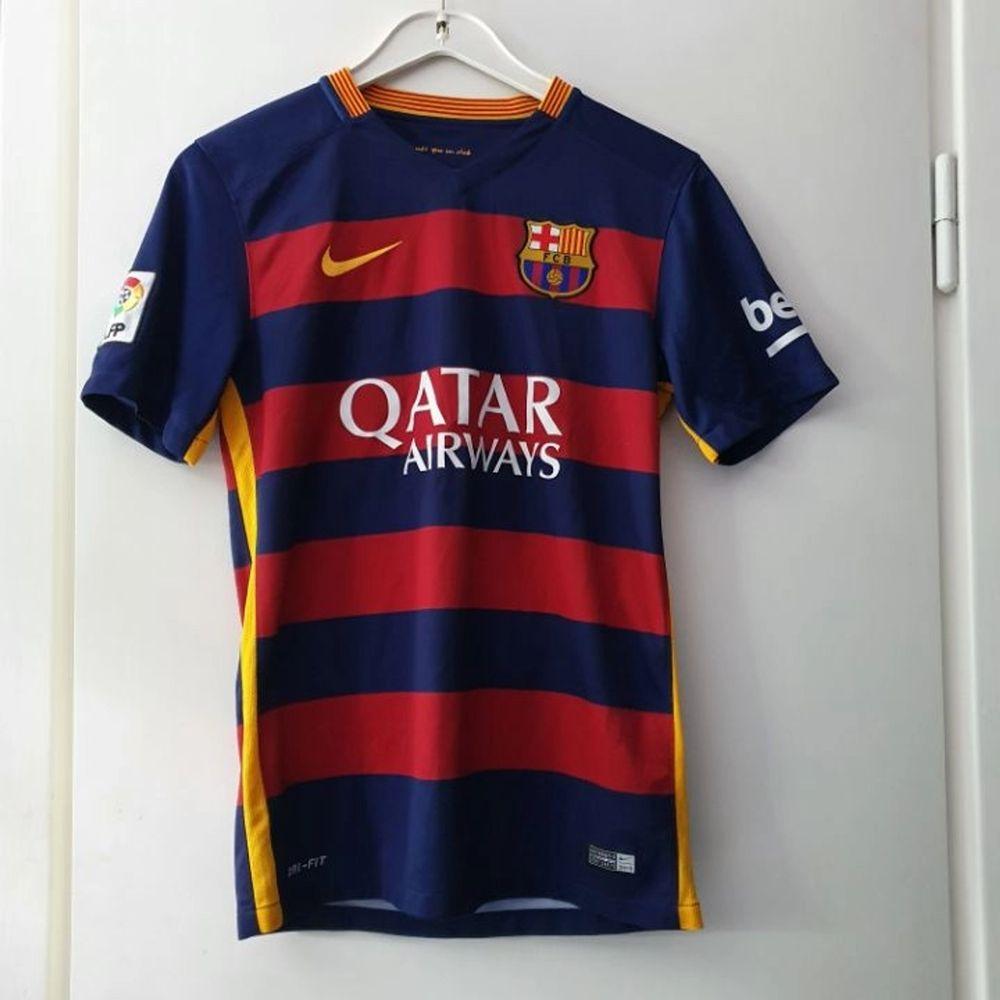 En FC Barcelona fotbolls tröja, säsongen 2015-2016, med tryck på ryggen Piqué nr 3. Mycket fint skick! Unisex. Ligger uppe på andra sidor så först till kvarn gäller! . T-shirts.