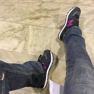 Sjukt snygga New balance skor som är använda Max 2 gånger. Storlek 38 på dom. Nypris 899kr