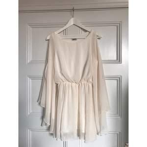 Jättefin klänning med fladdriga ärmar. Har en liten defekt som finns med på sista bilden men inget som syns när du bär den. Köparen står för frakten och betalning sker via swish.