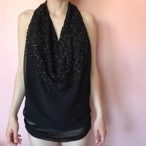 Festlig top med paljetter som tillsammans med en svart kjol ser ut som en klänning. 💗 Super bra skick köpt av Kenza Zouiten på en loppis men den är så gott som ny✨  Man kan ha tröjan på två olika sätt som ni ser på bild 1 & 2 💖 Märke Nelly Trend 💕 Off shoulder