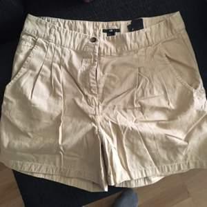 Chinos shorts storlek 42/44. Helt oanvända! Köparen står för frakt. Kan mötas i Linköping :)