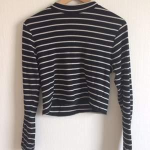 Skön och snygg randig tröja från H&M i kortare modell. Storlek S-M. Använt ett fåtal gånger. Kan mötas upp i Stockholm.