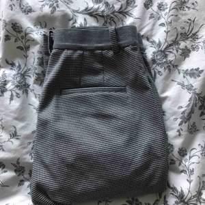 Skitsnygga kostymbyxor i snyggt mönster! Köpta på UNIQLO i HongKong, jättebra skick men tyvärr blivit för korta! Nypris, 400kr, mitt pris 180kr! Möts i Sthlm och postar!