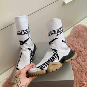 Skitsnygga sock boots från collab mellan Vetements och Reebok. Använda några få gånger men väldigt varsamt, där av i riktigt bra skick!   Kartong och dustbags medföljer vid köp.