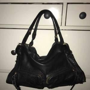 Bra och rymlig väska, lite balenciaga city bag look alike