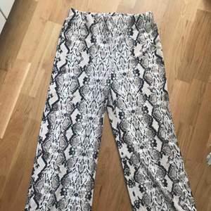 Orm/snake mönstrade byxor ifrån Gina tricot. Modellen är som de randiga byxorna på bilden. Använda 2ggr. 100% polyester