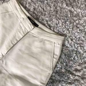 Vita högmidjade kostymbyxor ifrån BikBok i storlek XS, byxorna är endast använda några få gånger. Skickas med postnord 55 kr.