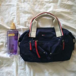 Super snygg Tommy hilfiger väska! Liten (handväska) and very 90's! Använder aldrig den därför säljs den.