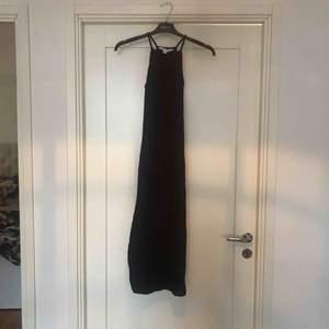 Lång tight klänning från Nelly. Står S i klänningen men jag tycker den är mindre i stl så passar även XS. Du står för frakt ca 42kr