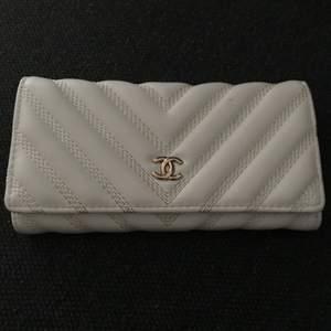 Vit Chanel plånbok a-kopia. Väldigt fin och stilren