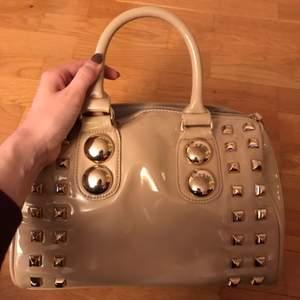 Väska i ljusrosa lack.  Använd ca. 2 ggr. Från Aldo.