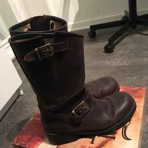 Sjukt snygga skor vinterskor ifrån Johnny bulls, för ett sjukt bra pris, köpta för 1500kr säljs för 300kr, använd en vinter men i bra skick!