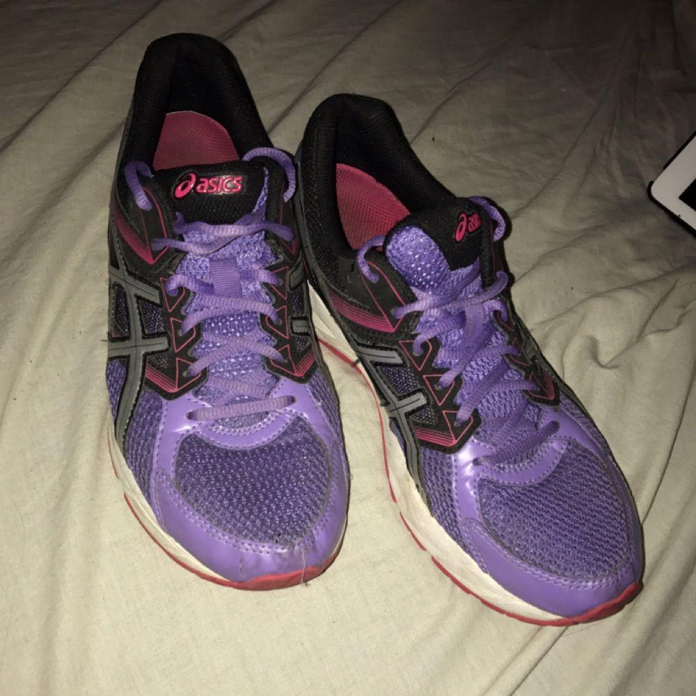 Träningsskor från ASICS. Använda fåtal gånger, super sköna och en härlig fin sko. Säljs pga för små, vid snabb affär kan pris diskuteras. Skor.