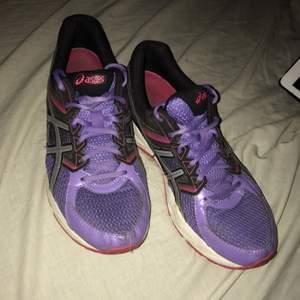 Träningsskor från ASICS. Använda fåtal gånger, super sköna och en härlig fin sko. Säljs pga för små, vid snabb affär kan pris diskuteras