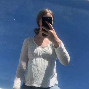 80kr för tröjan + 33kr frakt = 113kr Vit långärmad tunn tröja från Odd Molly. Storlek 1 vilket motsvarar small. Stor urringning och rosett fram. Logga på ärmen. Väl använd vilket syns lite men fortfarande en fin tröja.