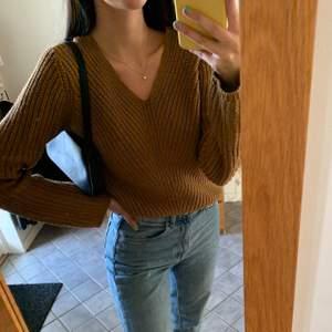 Brun stickad tröja från Ginatricot med långa ärmar!! Frakten är inräknad i priset